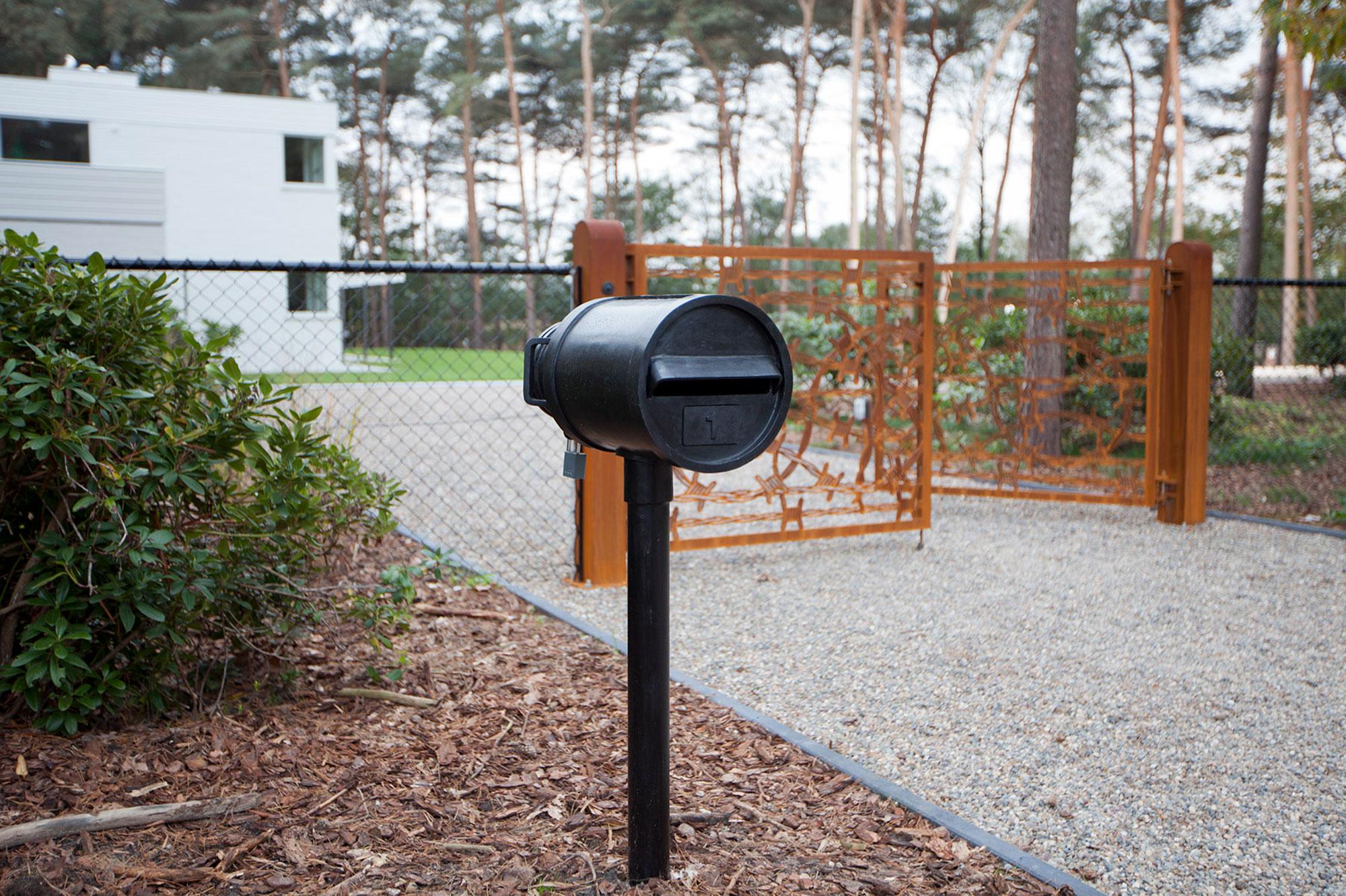 Studio-Job-House-floor0-outside-front-mailbox